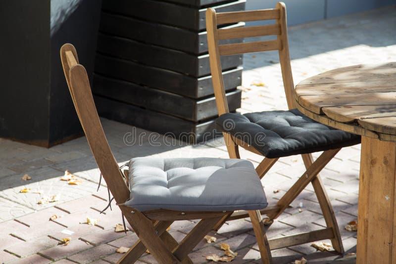 Stühle eines Straßencafés auf dem Bürgersteig lizenzfreie stockfotografie