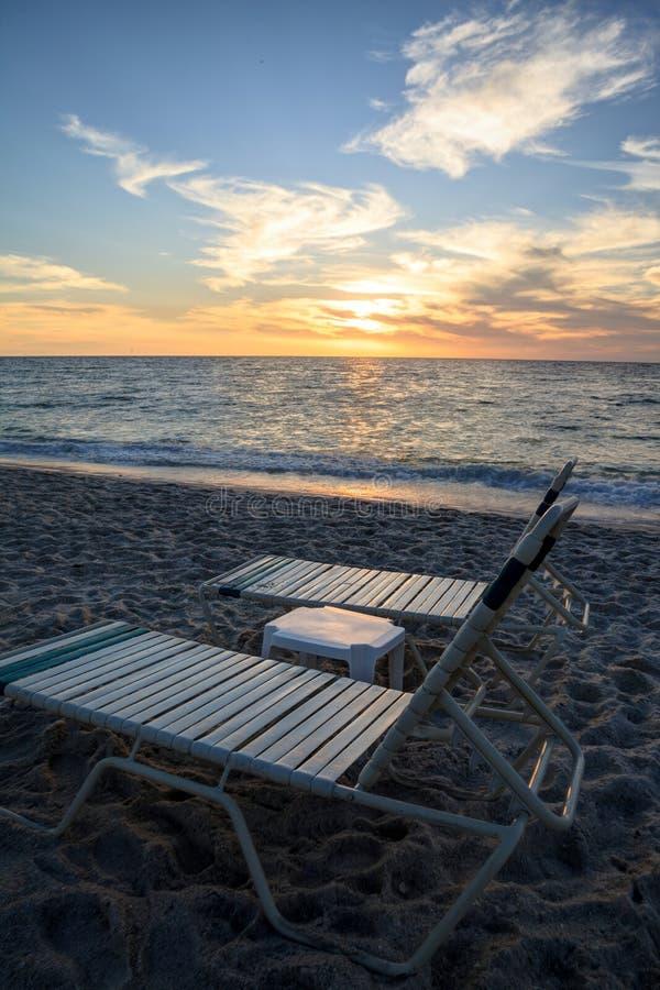 Stühle entlang Vanderbilt-Strand in Neapel, Florida stockfoto
