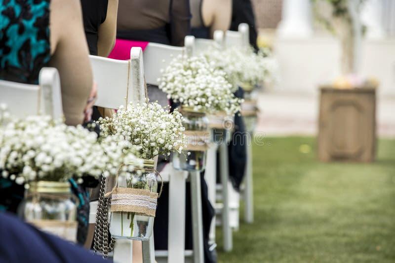 Stühle, Hängende Gläser Mit Blumen, Stockfoto - Bild von maurer ...