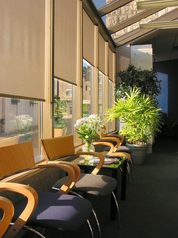 Stühle im Büro lizenzfreie stockfotos