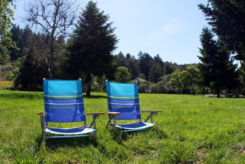 Stühle im Park stockfotos