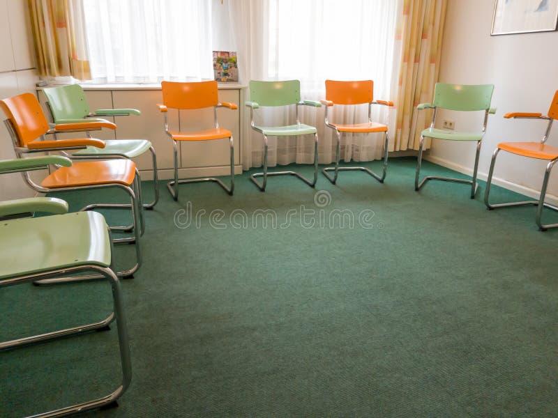 Stühle im Raum stockbilder