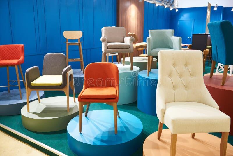 Stühle im Salon von Möbeln stockfotografie
