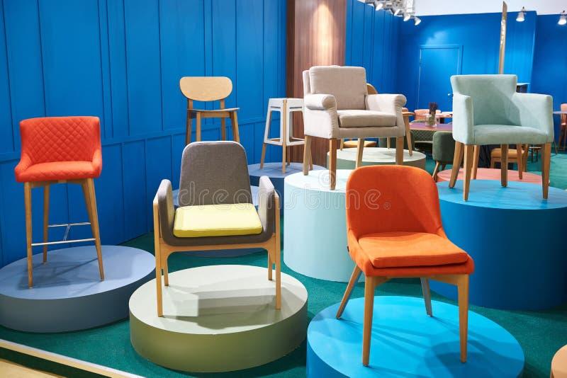 Stühle im Salon von Möbeln lizenzfreie stockfotos