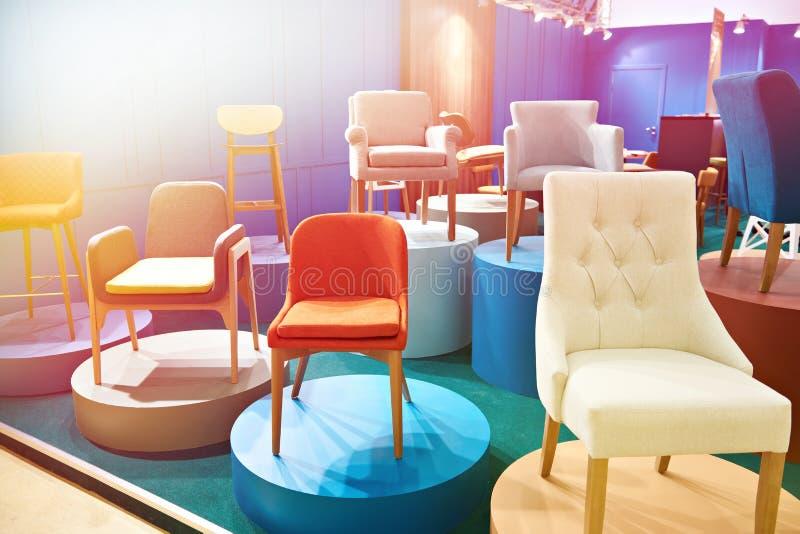 Stühle im Salon von Möbeln lizenzfreies stockfoto