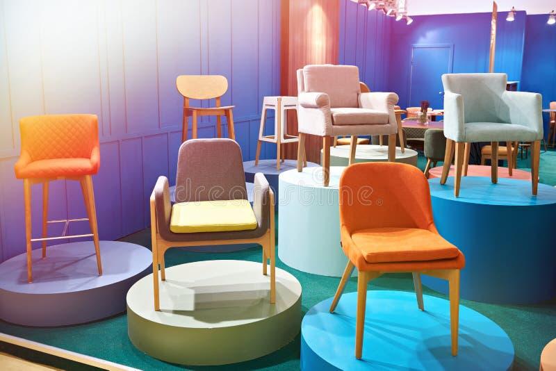 Stühle im Salon von Möbeln stockfotos