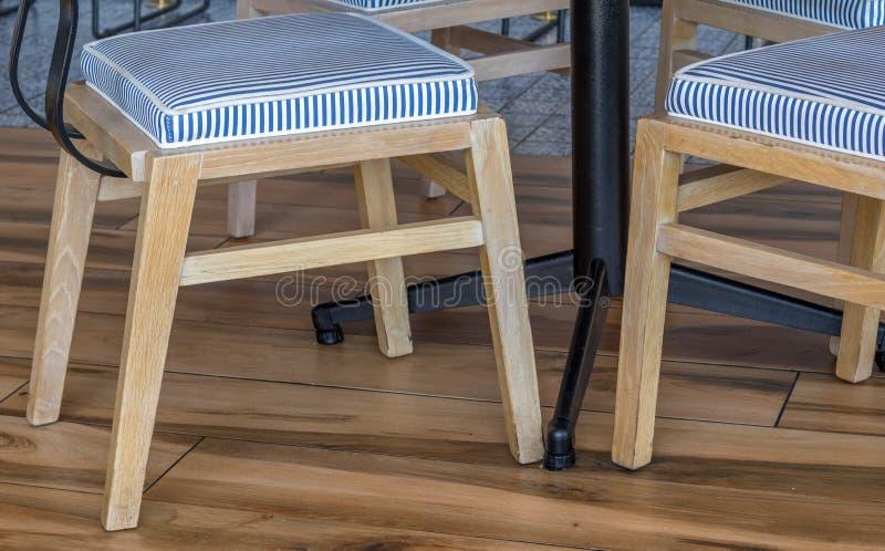 Stühle mit den blauen und weißen gestreiften Kissen lizenzfreie stockbilder