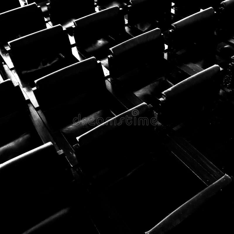 Stühle in Schwarzweiss lizenzfreie stockbilder