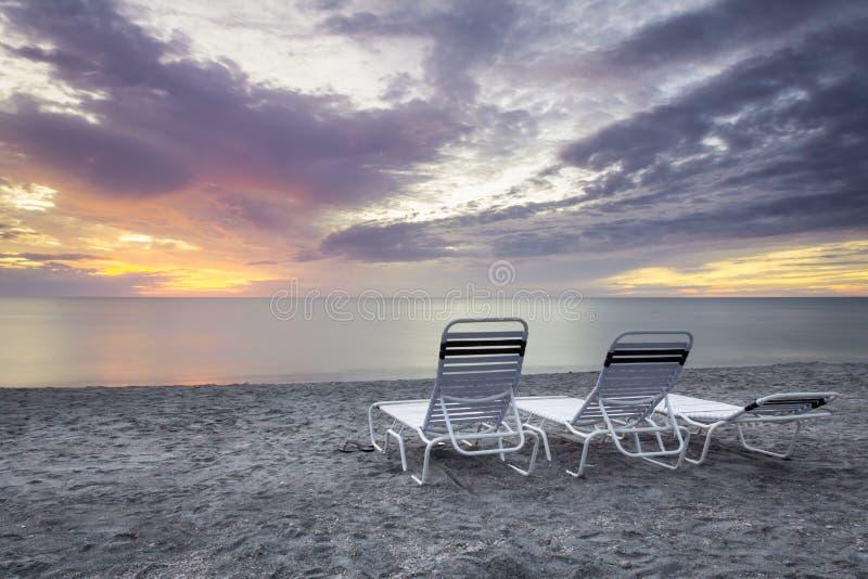 Stühle am Sonnenuntergang stockfotografie