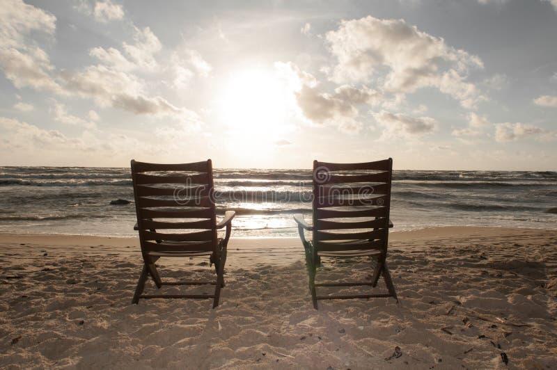 Stühle am Strand 2 lizenzfreies stockfoto