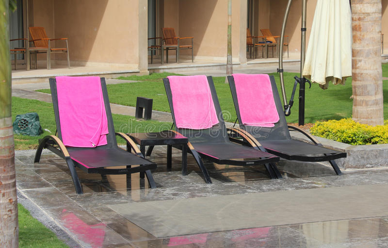 Stühle am Swimmingpool lizenzfreies stockbild