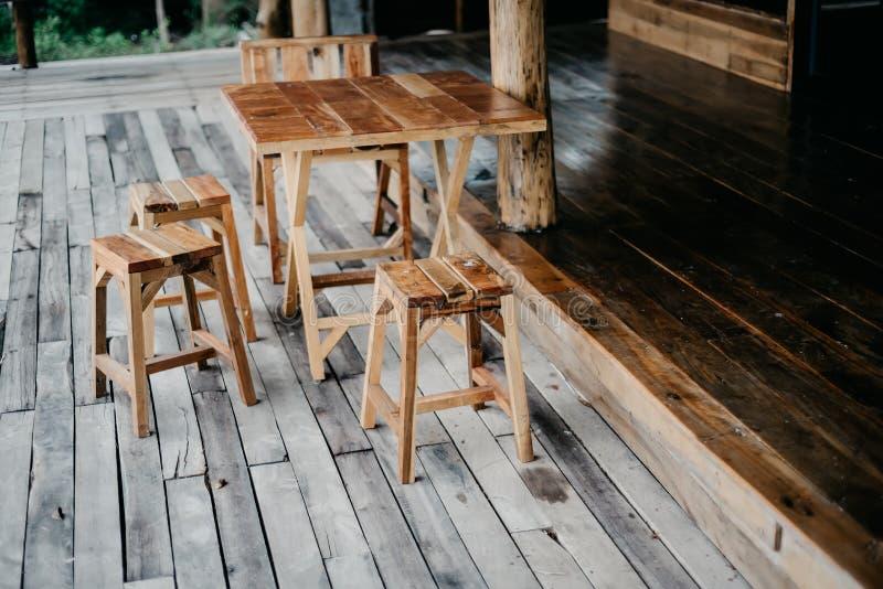 Stühle und Holztische stockbilder