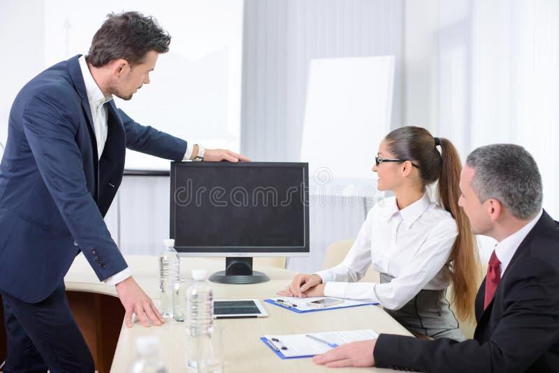 Stühle und Schreibtisch getrennt über Weiß lizenzfreies stockbild