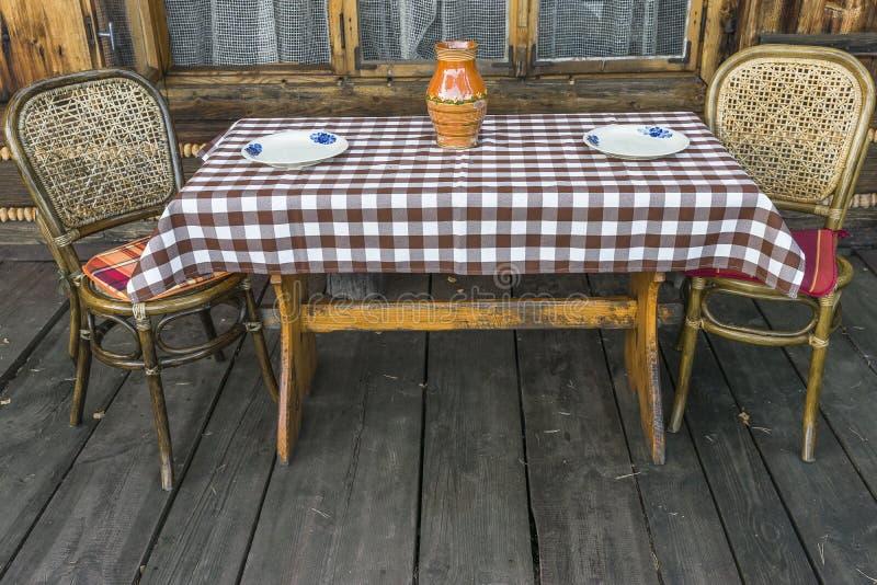 Stühle und Tabelle auf der Terrasse lizenzfreie stockfotos