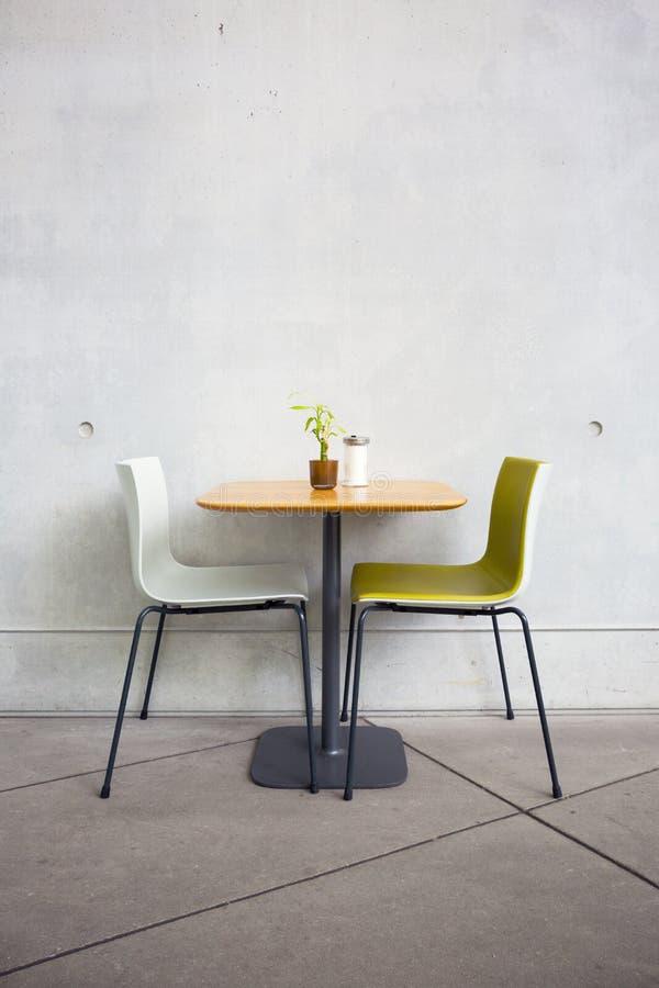 Stühle und Tabelle im Café lizenzfreie stockfotografie