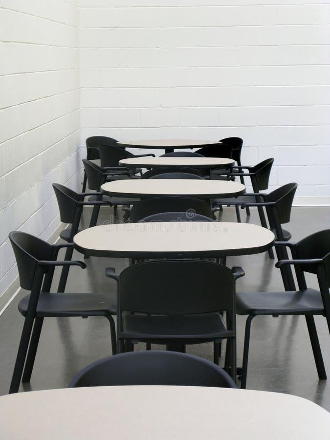 Stühle und Tabellen in der Cafeteria lizenzfreies stockbild