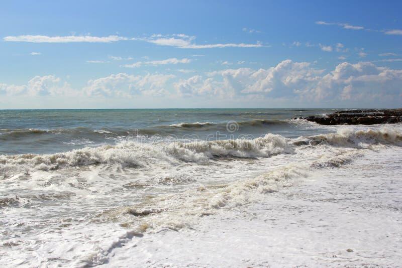 Stürmen Sie auf dem Meer an einem sonnigen Tag des Sommers lizenzfreies stockfoto