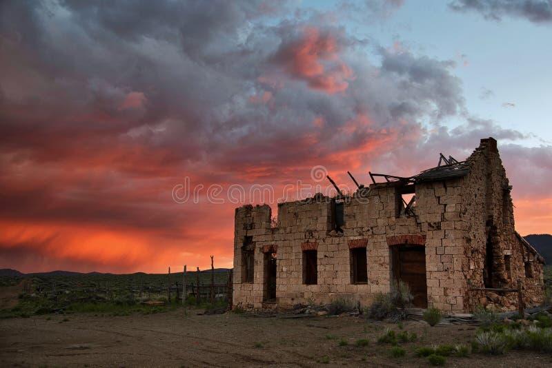 Stürmische Abendrote über verlassener Ranch lizenzfreie stockfotos