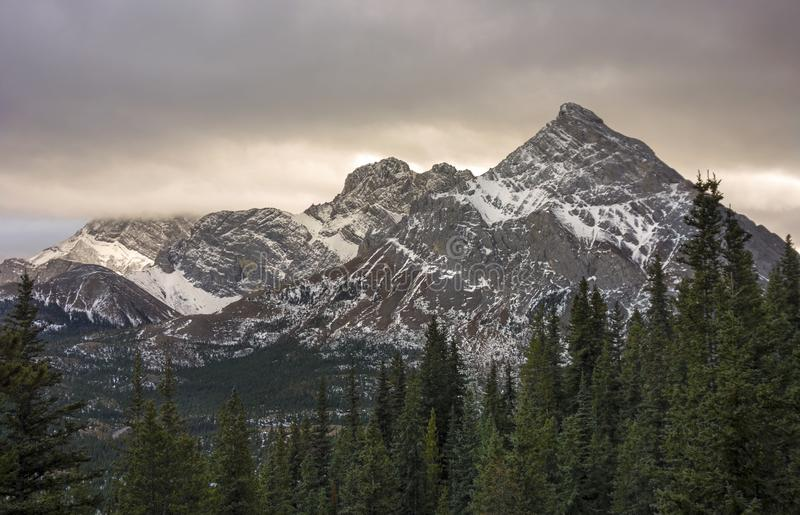 Stürmische Himmel über Berg Rae in Kananaskis-Land Alberta stockfotos
