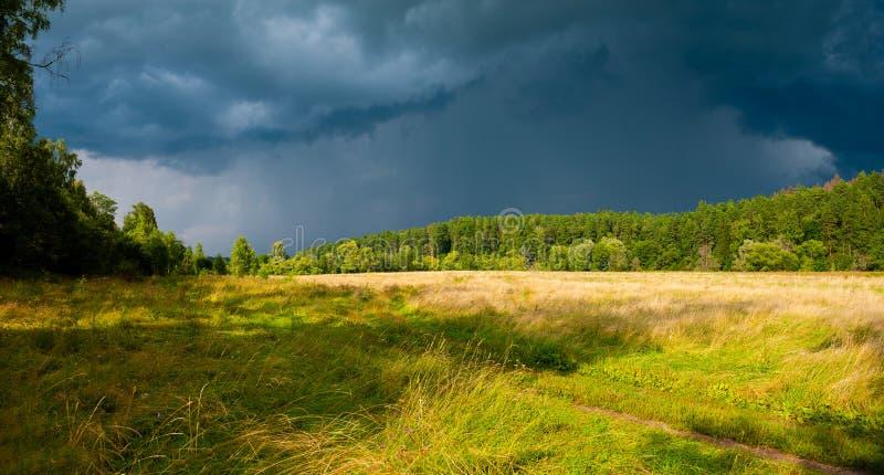 Stürmische Himmel über dem Feld stockfotos