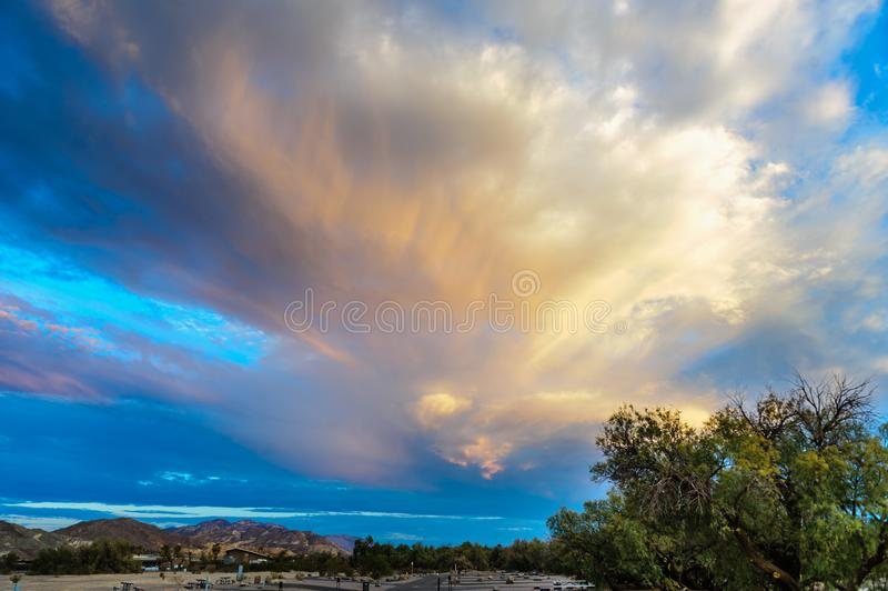 Stürmische Himmel über Ofennebenfluß stockbilder