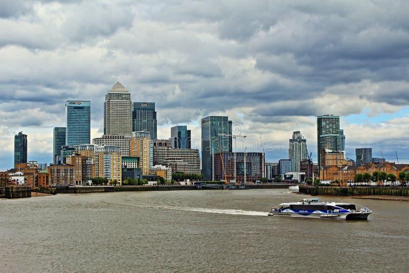 Stürmische Himmelansicht London Vereinigtes Königreich Canary Wharfs lizenzfreies stockfoto