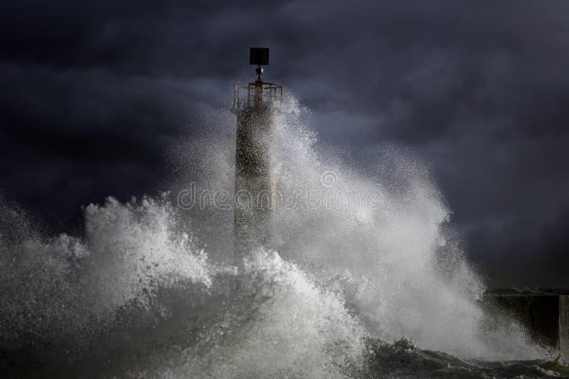 Stürmische Wellen über Leuchtturm stockfotografie