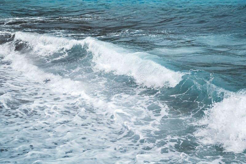Stürmische Wellen des adriatischen Meeres lizenzfreie stockfotos