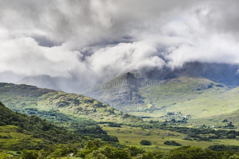 Stürmische Wolkenbildungen in Nationalpark Killarneys in Süd-Irland stockbild