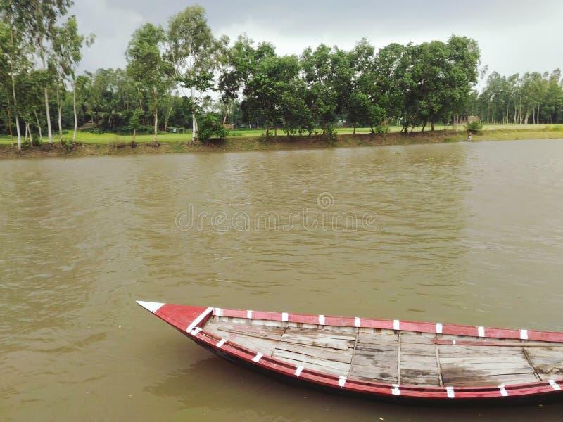 Stürmischer Fluss lizenzfreie stockbilder
