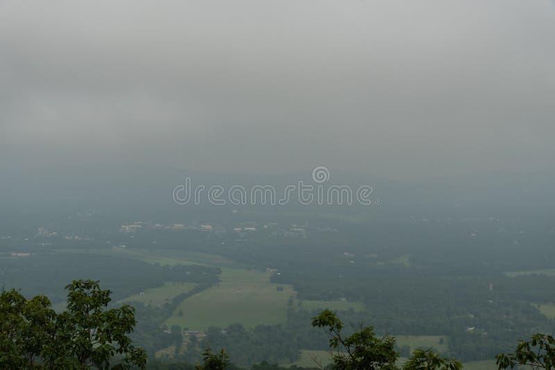 Stürmischer Himmel über der Mohonk-Konserve lizenzfreie stockfotos