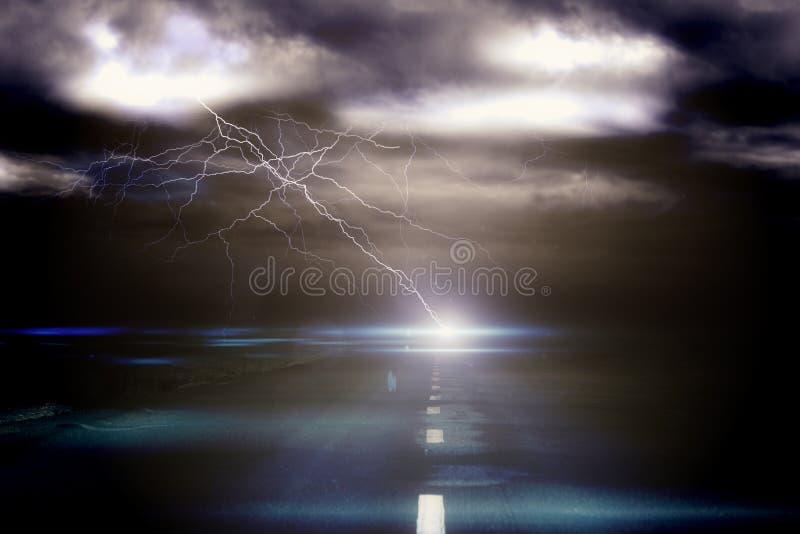 Stürmischer Himmel über Straße mit Blitz stock abbildung