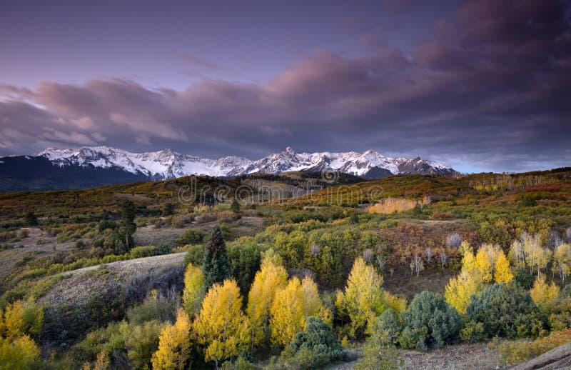 Stürmischer Himmel über Strecke Sans Juan Mountain und Autumn Fall-Farbe von Dallas Divide Ridgway Colorado Amerika lizenzfreie stockbilder