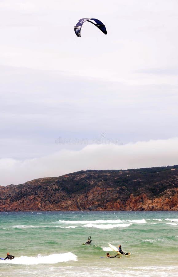 Stürmischer Himmel - Kitesurf-Wasser-Sport, Strand-Küstenlinie lizenzfreie stockfotografie