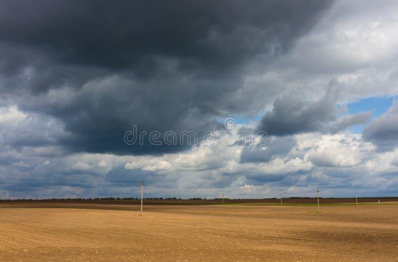 Stürmischer Himmel und Feld lizenzfreie stockbilder