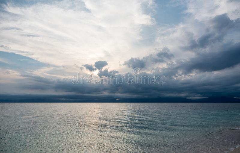 Stürmischer Himmel und Ozean-Wasser in Philippinen stockfotografie