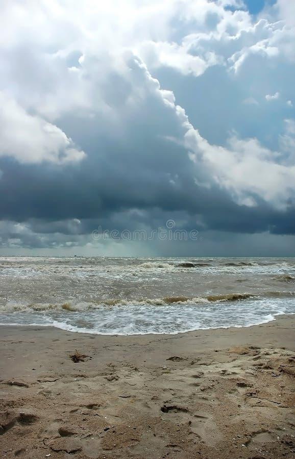Stürmischer Juli-Meerblick und schöne Wolken lizenzfreies stockbild