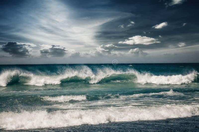 Stürmischer Ozean mit regnerischen Wolken stockfotos