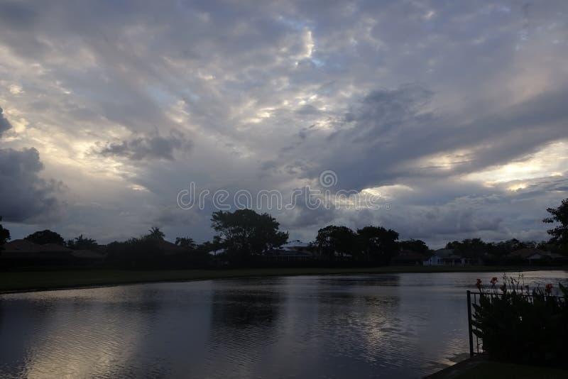 Stürmischer Sonnenuntergang über dem See in Florida stockbild