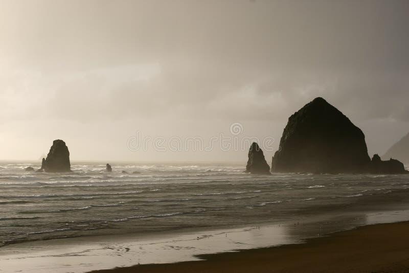 Stürmischer und schwermütiger Heuschober-Felsen stockfotografie