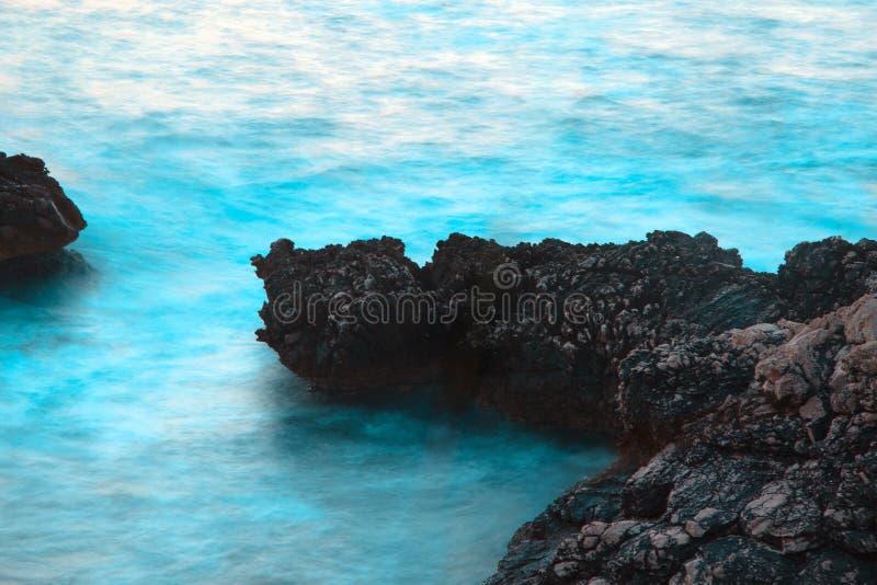 Stürmisches blaues Meer und Felsen stockbild