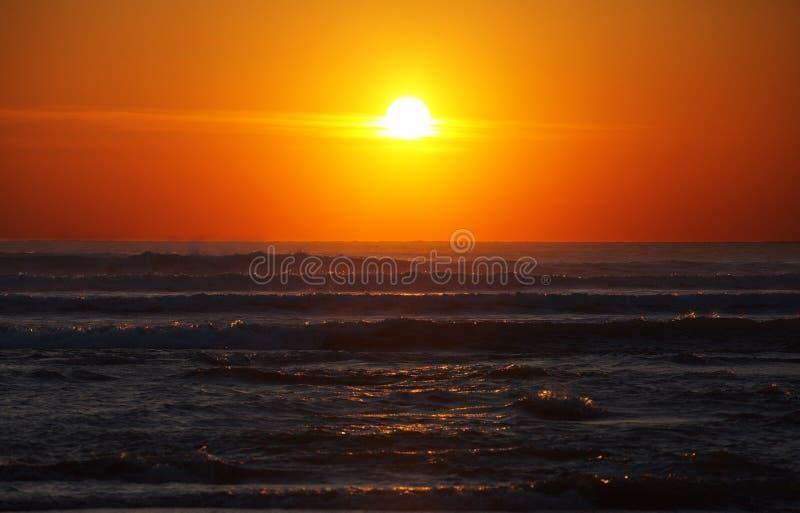 Stürmisches Meer und Sonnenuntergang stockfoto