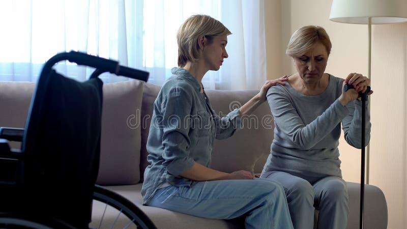 Stützende behinderte alte Frau der Krankenschwester, Rehabilitation nach Trauma, Unfall stockfotos