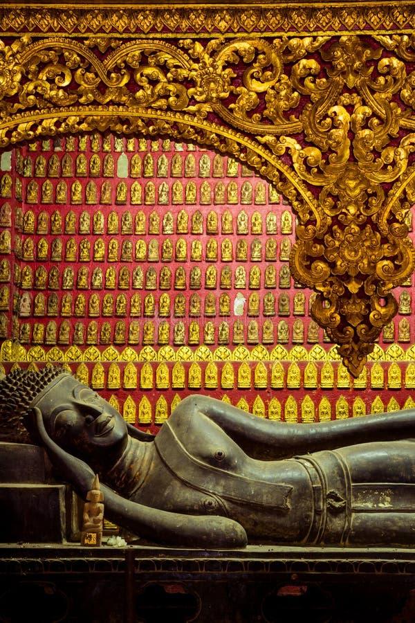 Stützende Buddha-Skulptur stockbilder