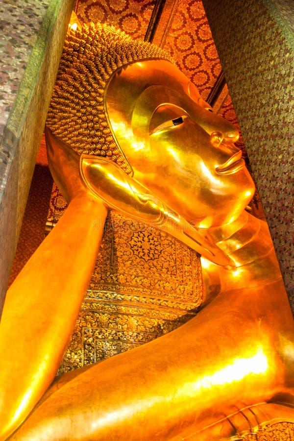 Stützender Buddha erscheinen im Wat Pho Buddhist-Tempelkomplex in Bangkok, Thailand stockfotografie