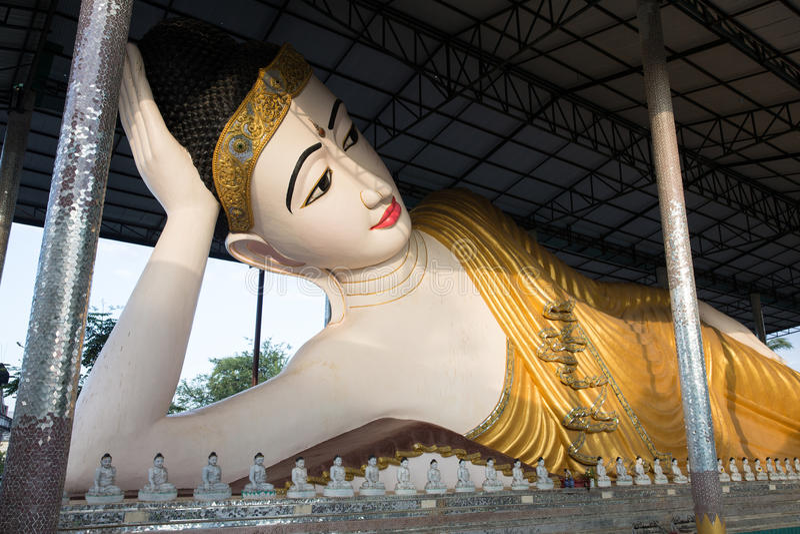 Stützender Buddha morgens stockbild