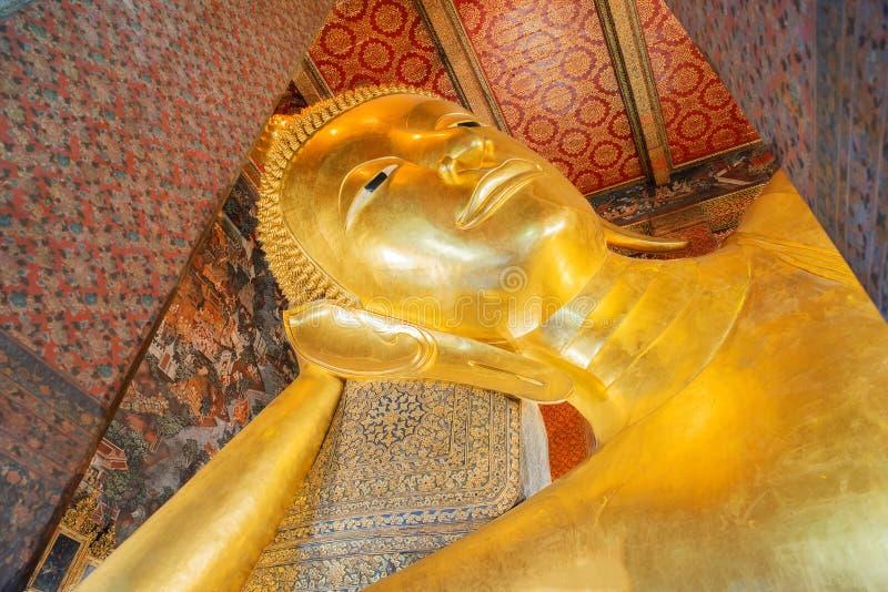 Stützendes Buddha-Goldstatuegesicht Wat Pho, Bangkok, Thailand lizenzfreie stockbilder