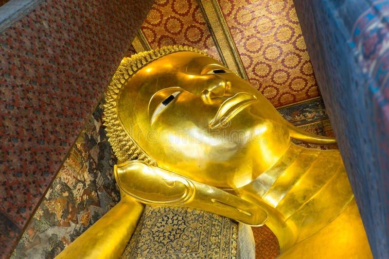 Stützendes Buddha-Goldstatuengesicht in Wat Pho, Bangkok stockfotografie