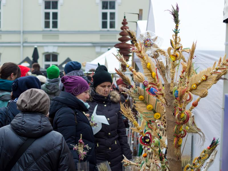 St卡齐米的市场 买传统五颜六色的手工制造立陶宛棕榈的人们 免版税库存图片