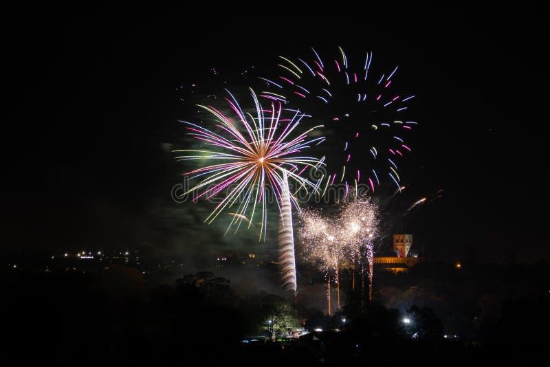 St奥尔本,英国- 2018年11月03日:烟花在Verulamium公园显示作为篝火夜的庆祝的部分 在.eps文件,分别地编组每个元素 库存图片
